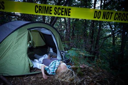 jonge vrouw die na een verkrachting in een bos dood ligt