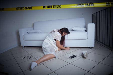 escena del crimen - mujer liyng muerta en el sofá Foto de archivo