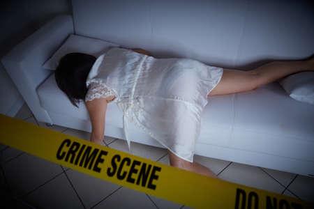 scène de crime - femme liyng morte sur le canapé Banque d'images