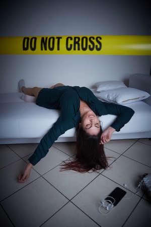 escena del crimen - mujer liyng muerta en el sofá
