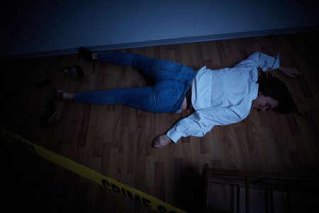 Tatort - Frau liegt tot auf dem Boden