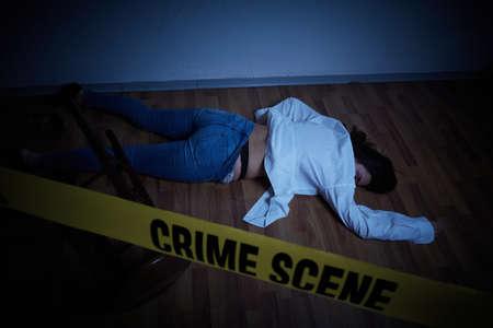 scène de crime - femme allongée morte sur le sol Banque d'images