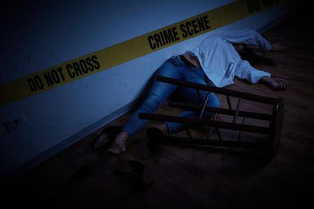scène de crime - femme allongée morte sur le sol