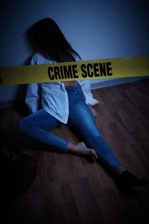 crime scene - woman lying dead on the floor Standard-Bild