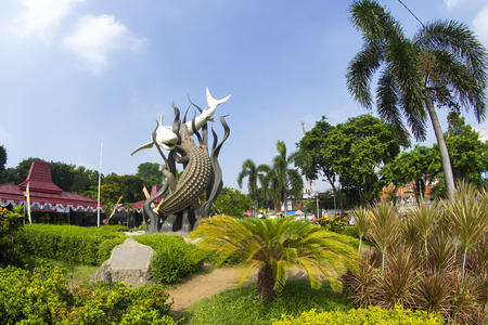 Un jardin où le monument de Surabaya, Suro (requin) et Boyo (crocodile) Statue, se dresse.