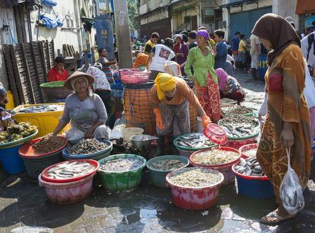 Marché aux poissons traditionnel dans les vieux quartiers Pabean, Surabaya Banque d'images