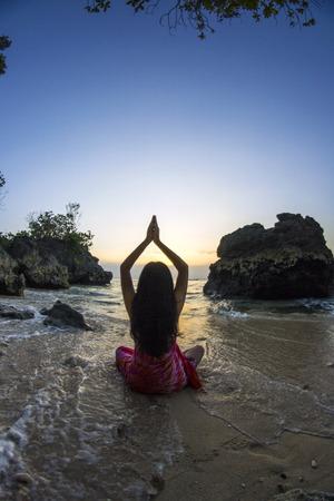 La méditation au bord de la mer