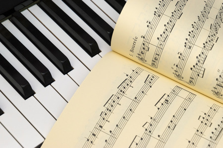 partition musique: Piano keyboard and music score Banque d'images