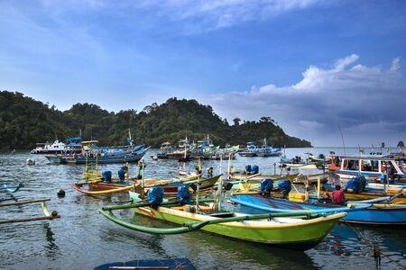 Embarcations à bateaux de pêche à Sendang Biru, Malang, East Java Éditoriale