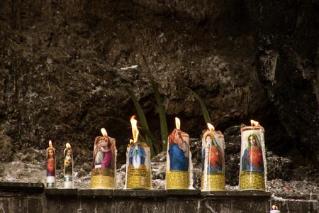 Brûler des bougies dans la grotte Saint-Mary