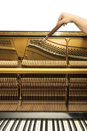 Tuning un piano droit à l'aide levier et outils