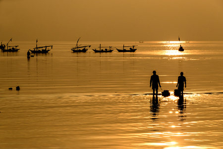 Silhouette of fisherman going to the sea in the morning - landscape Banque d'images