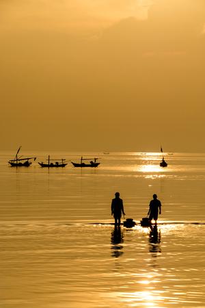 Silhouette du format vertical des pêcheurs Banque d'images
