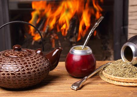 yerba mate: Mate en la calabaza, caldera, yerba en fondo del fuego