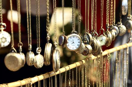 reloj antiguo: Reloj de bolsillo antiguo viejo expuesto a la venta en el mercado, enfoque selectivo