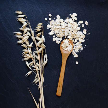 colazione: Fiocchi d'avena e le orecchie di avena di grano su sfondo nero