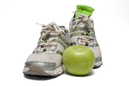 alimentacion balanceada: zapatillas y apple Foto de archivo
