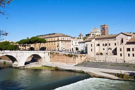 aesculapius: Isla Tiberina en Roma, Italia.Se situado en el r�o T�ber, en el tramo donde cruza Roma, cerca de la Colina Capitolina. Es famosa debido a que albergaba al Templo de Esculapio, el dios griego de la medicina.