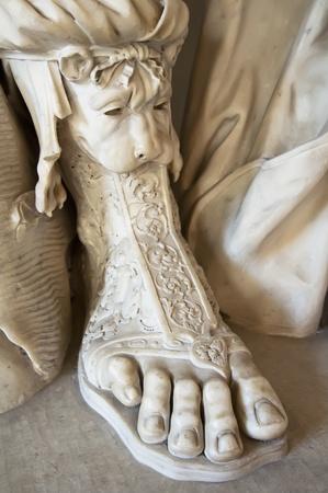 escultura romana: Detalle en el primer plano de los pies de una escultura romana