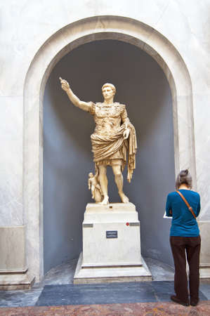 escultura romana: Persona mirando una escultura romana
