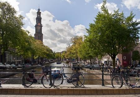 canal house: Biciclette parcheggiate sul ponte Archivio Fotografico