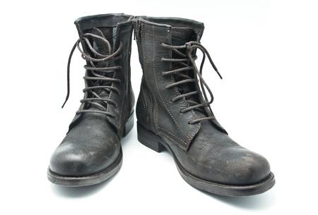 zapatos de seguridad: Botas de cuero marr�n sobre un fondo blanco