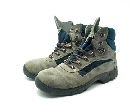 zapatos de seguridad: Botas de monta�a usado sobre fondo blanco
