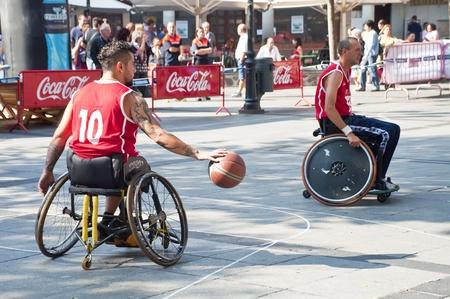 paraplegic: TOLEDO, ESPA�A, 01 de octubre: Algunas personas no identificadas que juegan un partido amistoso de baloncesto de silla de ruedas, una de las actividades de la Semana de la Juventud el 1 de octubre de 2011 en Toledo, Espa�a