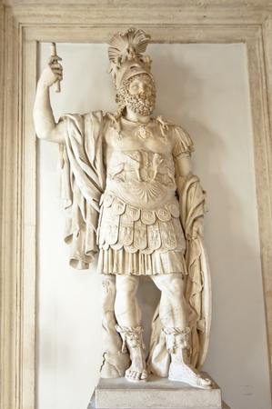 escultura romana: Escultura de un guerrero romano en Roma, Italia