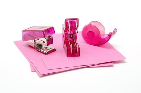 articulos oficina: Objetos de oficina en color rosa sobre fondo blanco