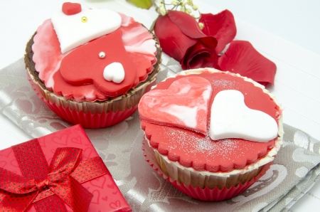 san valentin: Gourmet cupcakes with hearts and decorations Stock Photo