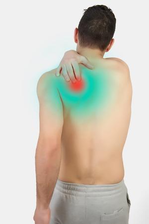 dolor muscular: Hombre muscular con el dolor muscular en el fondo blanco