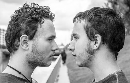 boda gay: Amantes de la pareja gay en desayunar. Blak y la fotograf�a en blanco Foto de archivo
