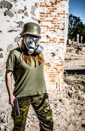 mascara de gas: Muchacha militar caminando con máscara de gas