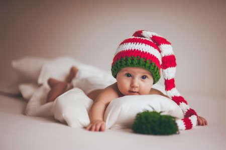 bebes recien nacidos: navidad ni�a beb� reci�n nacido en sombrero nuevo a�o Foto de archivo