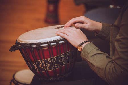 bateria musical: persona que juega en Jambe Drum sin rostro