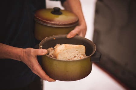 men holds pan with free food  for homeless 스톡 콘텐츠