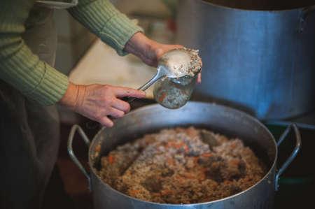niños pobres: Cocina Servir comida para las personas sin hogar en Donbas Foto de archivo