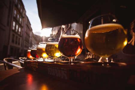 vasos de cerveza: Vuelo de seis cervezas de degustaci�n en un bar