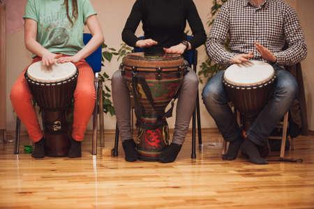 Gruppe von Jambe Trommler spielen kein Gesicht