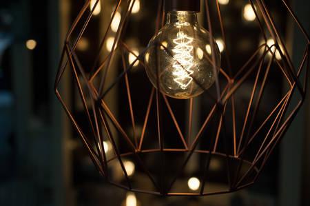 eficiencia energetica: lámpara moderna de metal con la bombilla de Edison