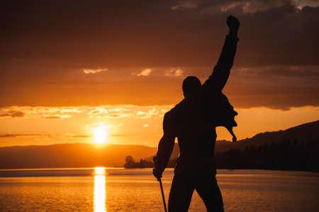 스위스 2015 년 몽트뢰 프레디 머큐리 동상 이상 제네바 호수에 일몰