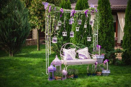 Romantische Stimmung am Abend auf der Terrasse bei der Hochzeit