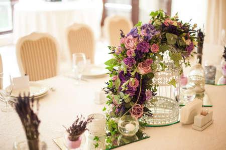 결혼식 날 테이블에 아름 다운 꽃 스톡 콘텐츠