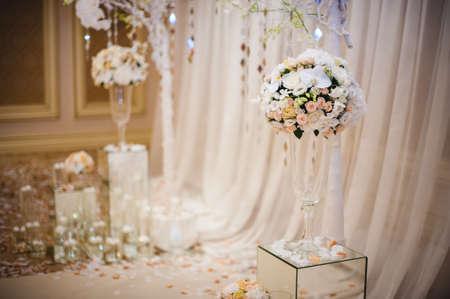 Schöne Hochzeit Dekorationen mit weißen Stoffe und Blumen Standard-Bild - 46910769