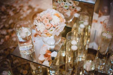 아름 다운 결혼식 테이블 장식, 꽃병에 꽃입니다.