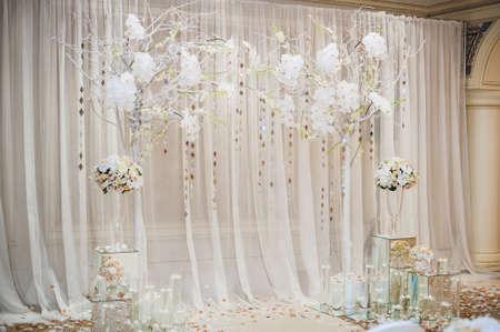 feier: Schöne Trauung Design Dekorationselemente mit Bogen, Blumenmuster, Blumen, Stühle Innen