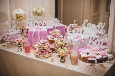 pastel de bodas: partido recepci�n, mesa de desierto decorada color rosado Foto de archivo