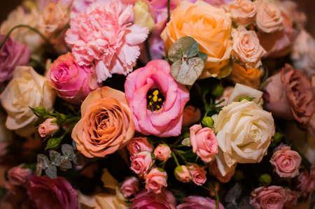 ramo de flores: Flores brillantes antecedentes de cerca rosa y naranja