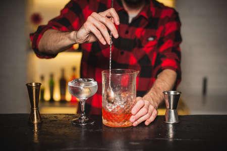 Barkeeper Rühren Cocktails auf der Bartheke Standard-Bild - 48890015